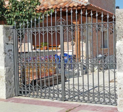 La reja la rejilla la verja spanishdict answers - Verjas para puertas ...